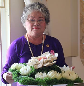 Nghệ nhân Tôn Nữ Thị Hà với khay mứt màu hoa Tết (Ảnh do nhân vật cung cấp)