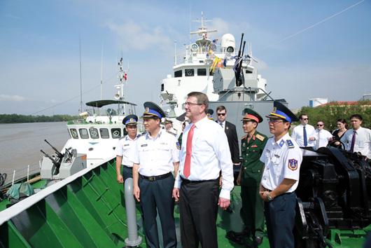 Bộ trưởng Ashton Carter và các thành viên Đoàn đã thăm tàu Cảnh sát biển Việt Nam tại Vùng Cảnh sát biển 1 - Ảnh: Canhsatbien.vn
