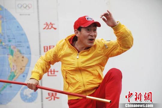 Lục Tiểu Linh Đồng biểu diễn múa gậy