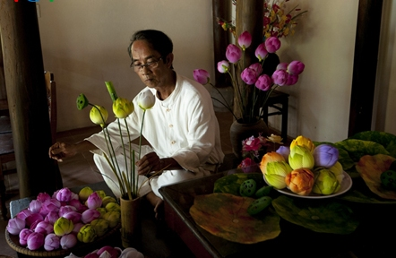 Họa sĩ Thân Văn Huy và hoa sen giấy ở làng hoa Thanh Tiên (Ảnh do nhân vật cung cấp)