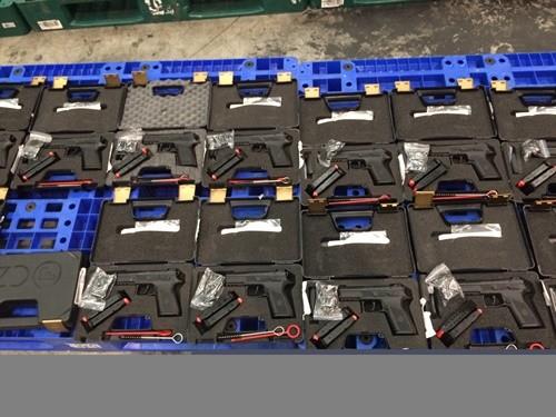 Lo vu4 khí quân dụng gồm 94 khẩu súng ngắn và 44472 băng đạn thu giữ tại hải quân sân bay Tân Sơn Nhất