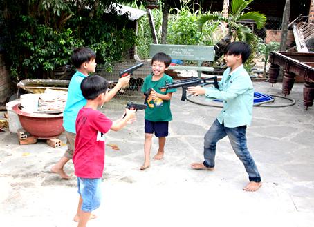 Một nhóm trẻ ở ấp Thuận An (xã Sông Thao, huyện Trảng Bom) vô tư đùa nghịch với súng bắn đạn nhựa.