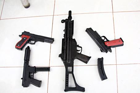 Súng bắn đạn nhựa được trẻ em tìm mua và sử dụng nhiều trong dịp tết này