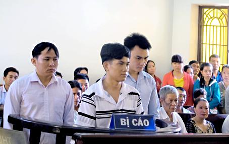 Từ trái qua, các bị cáo: Nguyễn Ngọc Hùng, Nguyễn Tấn Tài, Nguyễn Văn Hòa.