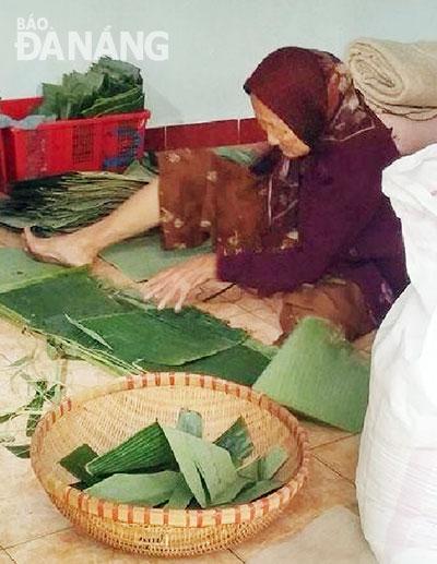 Xấp xỉ tuổi 90, bà Lê Thị Cái vẫn làm bánh tổ mỗi dịp Tết đến, Xuân về. Ảnh: NGỌC DUNG