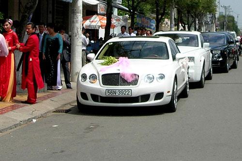 Dàn siêu xe sang trọng tổ chức đón dâu trong lúc đại gia Diệu Hiền lâm vào cảnh nợ nần