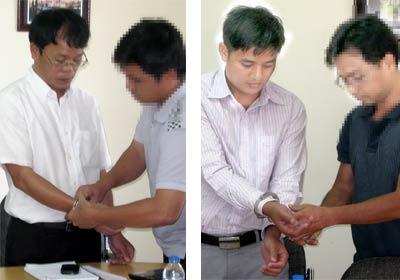 Công an bắt ông Đảo (trái) và ông Quyết tại nơi làm việc