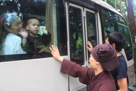 Cảnh chia tay trẻ em về các trung tâm bảo trợ xã hội