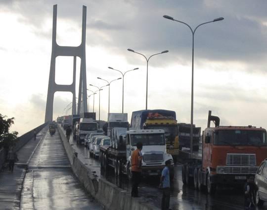 Vụ tai nạn làm giao thông trên cầu Phú Mỹ, hướng về quận 2 bị ùn tắc nghiêm trọng