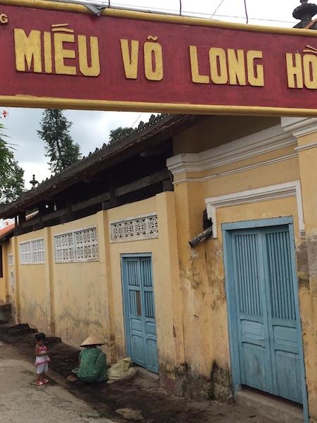 Nhiều hộ dân xin ở tạm trong Miếu Võ Long Hồ rồi chiếm luôn đất