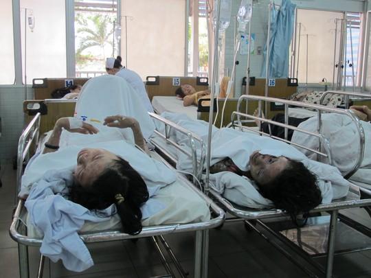 Chị Xuyến (phải) và chị Thu lúc mới được đưa đến Bệnh viện Chợ Rẫy
