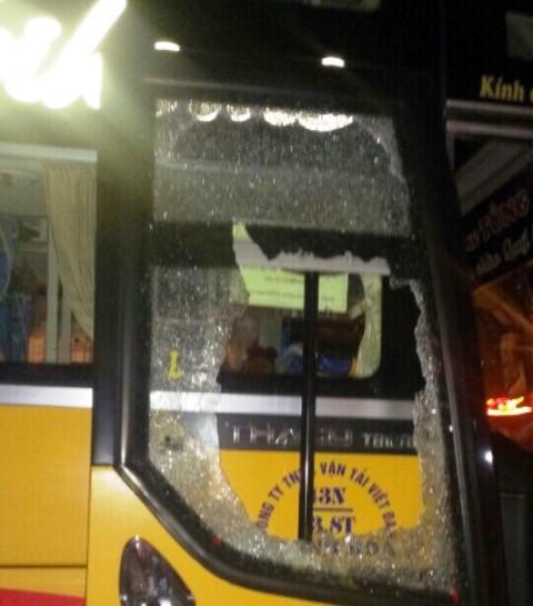 Cửa kính xe ô tô của nhà xe Tùng Anh bị 3 tên côn đồ đập vỡ