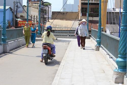 Trên cầu bộ hành có lối đi riêng cho người đi bộ và xe máy
