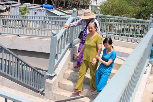 Người đi bộ xuống đường bằng lối đi riêng, đảm bảo an toàn
