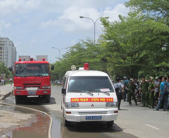 Xe cứu thương đưa các nạn nhân khỏi hiện trường vụ sập