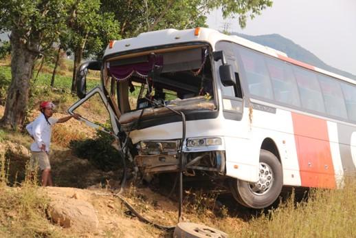 Chiếc xe khách bị hư hỏng nặng phần đầu