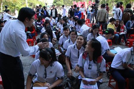 TS Trần Đình Lý - Trưởng Phòng Đào tạo Trường ĐH Nông Lâm trao đổi với thí sinh trước khi bắt đầu chương trình