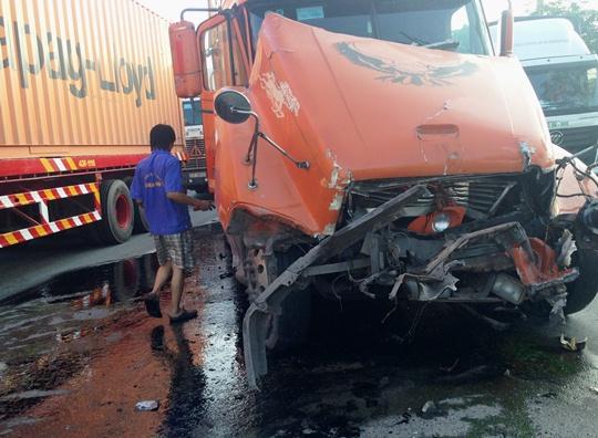 Chiếc xe hư hỏng nặng sau va chạm, dầu nhớt chảy lênh láng trên mặt đường