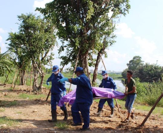 Gần 16 giờ cùng ngày, thi thể được cơ quan chức năng chuyển về nhà xác để phục vụ công tác điều tra