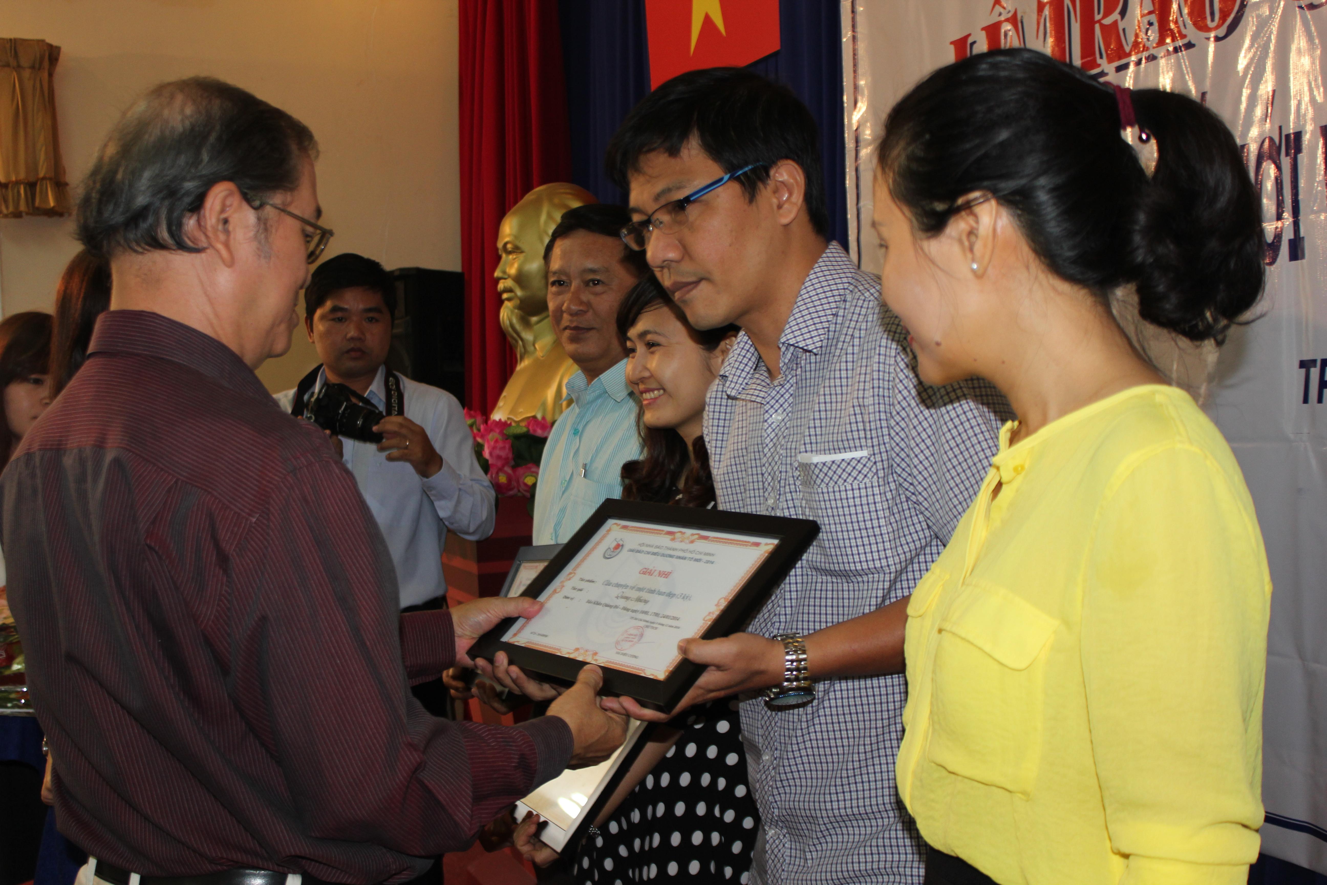 Đại diện Hội Nhà báo TP HCM trao giải nhì cho tác giả Khánh An (ành: Ph.Anh)