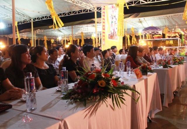 Đông đảo các tăng ni, phật tử, du khách và người dân tới dự lễ cầu siêu