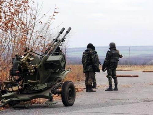 Однако, подчеркнул Порошенко, украинские военнослужащие имеют возможность обороняться, и в случае необходимости наносят удары в ответ на агрессию