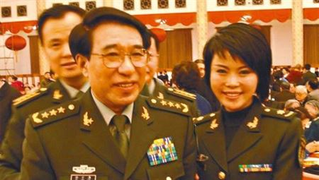 Late PLA general Xu Caihou and his daughter Xu Sining in an undated photo. (Internet photo)