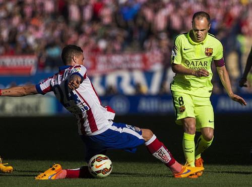 Thủ quân Iniesta đi bóng trước sự cản phá của Miranda