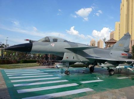 Máy bay chiến đấu J-10 trên cảng ở đảo Hải Nam. Ảnh: Want China Times
