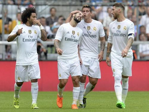 James Rodriguez (10) chia vui cùng đồng đội sau bàn thắng vào lưới Tottenham