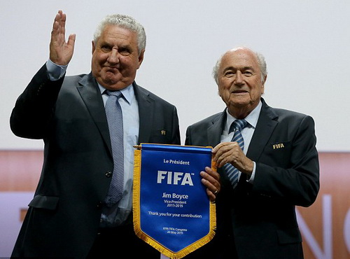 Nguyên phó chủ tịch FIFA Jim Boyce (trái)