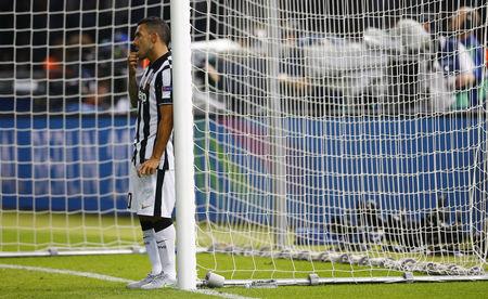 Tiền đạo Crlos Tevez của Juventus đứng thẫn thờ sau trận