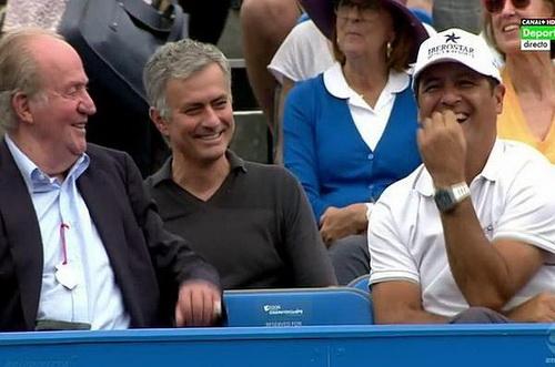 Mourinho trò chuyện cùng HLV Toni Nadal, bên cạnh là Quốc vương Tây Ban Nha Juan Carlos