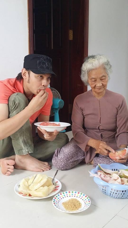 NSƯT Kim Tiểu Long thích món bưởi được trồng tại nhà, do chính tay mẹ bóc vỏ