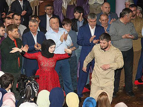 Ông Ramzan Kadyrov (bìa phải) nhảy điệu múa dân gian tại đám cưới Ảnh: KOMMERSANT