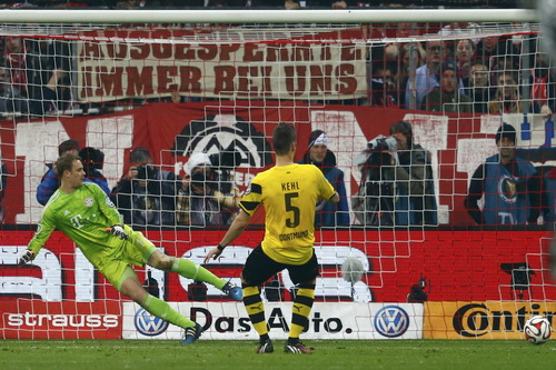 Cú sút thành công của siêu dự bị Sebastian Kehl, đưa Dortmund vào chung kết