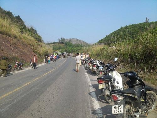 Lực lượng chức năng cùng người dân địa phương khẩn trương khắc phục hậu quả vụ tai nạn thảm khốc