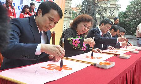 Các đại biểu khai  bút đầu xuân với 5 chữ: Đức-Trí-Học-Thành-Nhân