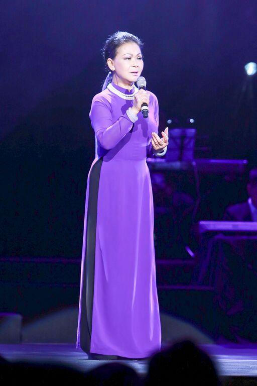 Khánh Ly mặc áo một màu lên sân khấu theo di nguyện của người chồng quá cố.