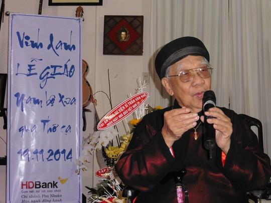 GS-TS Trần Văn Khê trong buổi văn nghệ nhân ngày Nhà giáo Việt Nam 20-11. Ảnh: Vĩnh Nguyên
