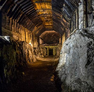"""Con tàu """"kho báu"""" của Đức quốc xã có thể đã bị chôn vùi trong một đường hầm dưới núi tương tự đường hầm trong hìnhẢnh: DAILY MAIL"""