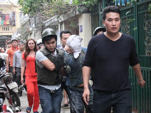 Lực lượng cảnh sát khống chế Nguyễn Thanh Trung đưa ra ngoài
