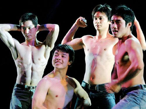 Kịch đồng tính, kịch có những cảnh nóng đang là chiêu câu khách của một số sân khấu kịch tại TP HCM. Trong ảnh: Cảnh trong vở Trinh nữ (trên) và Trai nhảy