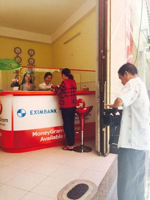 Người dân nhận kiều hối tại điểm giao dịch  Eximbank - MoneyGram
