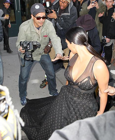 Trước đó, Kim gặp phải tình huống bực mình khi một cánh săn ảnh đạp nhầm vào đầm của cô