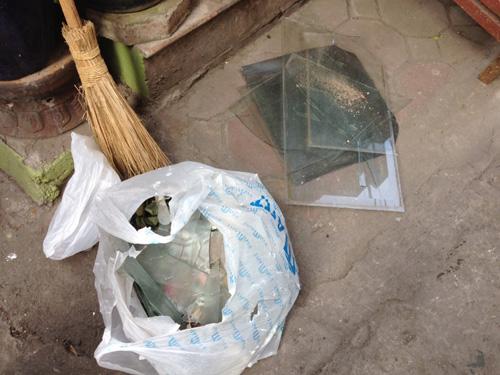 Nhiều ngôi nhà trên phố Hồng Phúc bị vỡ cửa kính