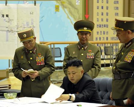 Ông Ri Yong-gil (giữa) trong một buổi làm việc cùng nhà lãnh đạo Kim Jong-un. Ảnh: Rodong Sinmun