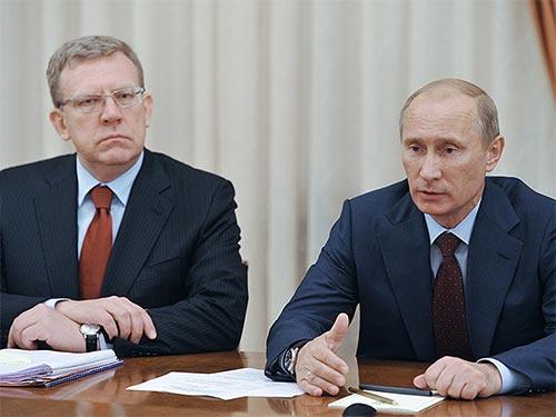 Cựu bộ trưởng tài chính Nga Alexei Kudrin (trái) cho biết sẵn sàng làm việc với Tổng thống Vladimir Putin Ảnh: RIA NOVOSTI