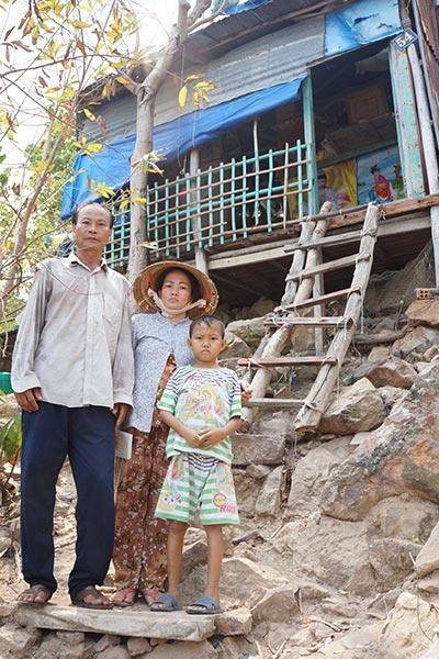 Gia đình ông Bùi Văn Tây bên căn nhà cheo leo trên triền núi