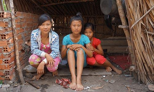 Ba chị em Quỳnh Như trong ngôi nhà tồi tàn